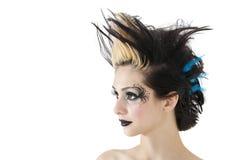 Nahaufnahme der schönen gotischen Frau mit dem ährentragenden Haar und dem Gesicht, die über weißem Hintergrund malt Lizenzfreie Stockbilder