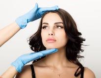 Nahaufnahme der schönen jungen Frau erhält Einspritzung im Augen- und Lippenbereich vom Kosmetiker Cosmetologykonzept stockbilder