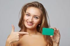 Nahaufnahme der schönen lächelnden Geschäftsfrau, die Kreditkarte zeigt lizenzfreie stockbilder