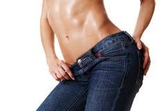 Nahaufnahme der schönen weiblichen Karosserie in den Jeans Stockbilder