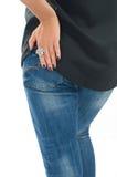 Nahaufnahme der Schönheit den silbernen Fingerluxusring tragend Lizenzfreies Stockbild
