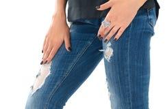 Nahaufnahme der Schönheit stilvollen silbernen Fingerring a tragend Stockfoto