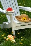 Nahaufnahme der Scheibe der Wassermelone auf adirondack Stuhl Lizenzfreie Stockfotos
