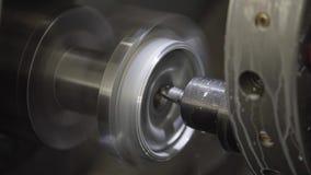 Nahaufnahme der Schneidermaschine mit numerischer Steuerung Der Schneider verarbeitet das Metallteil stock video footage