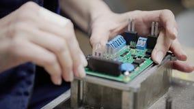 Nahaufnahme der Schneidermaschine mit numerischer Steuerung Der Schneider verarbeitet das Metallteil stock video