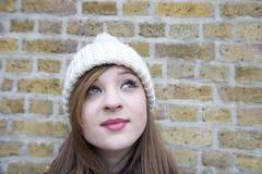 Nahaufnahme der schönen jungen Frau, die oben schaut Lizenzfreies Stockfoto