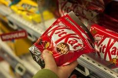 Nahaufnahme der Schokolade von Kit Kat-Marke von Nestle-Firma in der Hand an Superu-Supermarkt lizenzfreie stockfotos