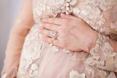 Nahaufnahme der schwangeren Frau ihren Bauch mit den Händen berührend Stockfoto