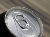 Nahaufnahme der schwarzen Aluminiumdose auf blured hölzernem Hintergrund stockfotografie