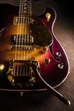 Nahaufnahme der Sonnendurchbruche-gitarre mit Messingmechanikern und bri stockfotos