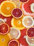 Nahaufnahme der Stücke der geschnittenen Zitrusfrucht Stockfoto