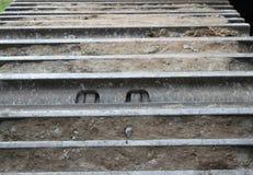 Nahaufnahme der Stahlfahrgestellbahn des Baggers stockbild