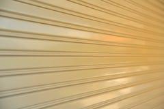 Nahaufnahme der Stahlrollenfensterladentür Stockbild
