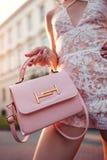 Nahaufnahme der stilvollen weiblichen Handtasche Moderne Frau, die draußen schönen Zusatz hält und sexy Ausstattung trägt stockfoto