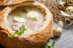 Nahaufnahme der Suppe diente im Brot mit Wurst und Ei Lizenzfreies Stockbild