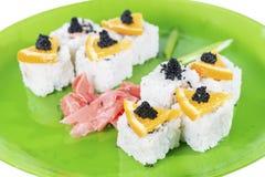 Nahaufnahme der Sushirolle mit Thunfisch und orange, flachem DOF Stockbilder