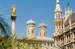 Nahaufnahme der Türme von Frauenkirche-Kirche in München, Deutschland Stockfoto
