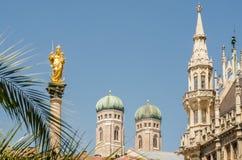 Nahaufnahme der Türme von Frauenkirche-Kirche in München, Deutschland Stockbild