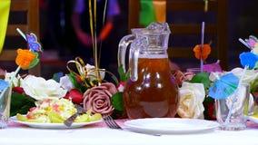 Nahaufnahme der Tabelle mit Lebensmittelcaférestaurant-Geburtstagskrug Saft stock video footage