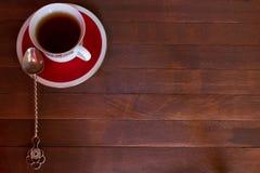 Nahaufnahme der Tasse Tee auf hölzernem Hintergrund Lizenzfreies Stockbild