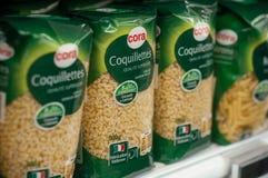 Nahaufnahme der Teigwarenausrichtung bei Cora Supermarket lizenzfreie stockfotografie