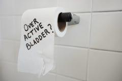 Nahaufnahme der Toilettenpapierrolle mit dem Text, der nach Blase fragt, gibt heraus lizenzfreies stockfoto