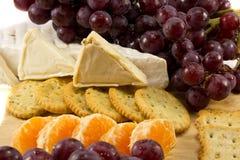 Nahaufnahme der Trauben Käse und Cracker stockbild