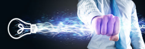 Nahaufnahme der umklammerten Hand mit Lichtern Stockfoto