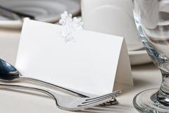 Nahaufnahme der unbelegten Platzkarte auf Hochzeitstabelle Stockfotografie
