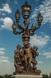 Nahaufnahme der verschwenderisch verzierten Lampe auf der Brücke Alexandre III bei der Seine in Paris stockbilder