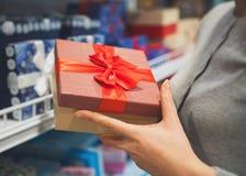 Nahaufnahme der weiblichen Hände, die Geschenke auf weißem Hintergrund zeigen und geben stockfotos