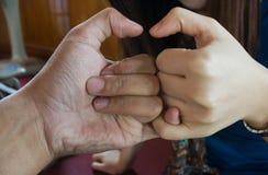 Nahaufnahme der weiblichen Hand gestikulierend, während Sie auf Weiß lokalisiert werden Lizenzfreie Stockfotos