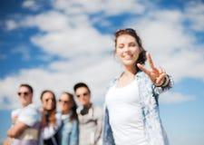 Nahaufnahme der weiblichen Hand Vzeichen mit den Fingern zeigend Stockfotos