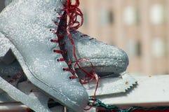 Nahaufnahme der weiblichen Handholding-Eisrochen draußen mit Schnee und Eis im Hintergrund Stockfotografie