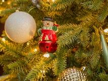 Nahaufnahme der Weihnachtsschneemannglocke mit den weißen und silbernen Scheinen lizenzfreie stockfotos