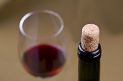 Nahaufnahme der Weinflasche mit Weinglas und -korken stockfotos