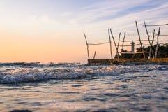 Nahaufnahme der Welle während des schönen Sonnenuntergangs über adriatischem Meer in Kroatien Stockbild