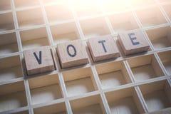 Nahaufnahme der Wort-Abstimmung gebildet durch Holzklötze in einem Typecase Stockfotos