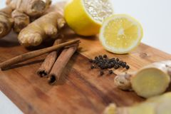 Nahaufnahme der Zitrone und verschiedene Gewürze auf hölzerner Umhüllung verschalen Stockbild