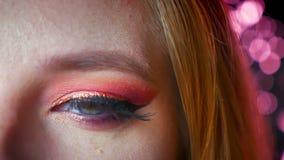Nahaufnahme des Überraschens des weiblichen Makes-up des blauen Auges mit rosa Schatten und Gold-eyeline Zur Seite schauendes und stock video
