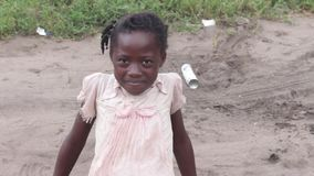 Nahaufnahme des afrikanischen Mädchens, lächelnd stock footage