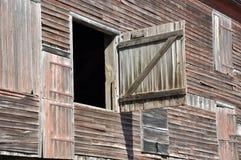 Nahaufnahme des alten hölzernen Stalles Stockfotos