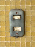 Nahaufnahme des alten Lichtschalters auf Wand des gelben Mosaiks als modernem Technologiekonzept, demgegenüber Lizenzfreie Stockfotos