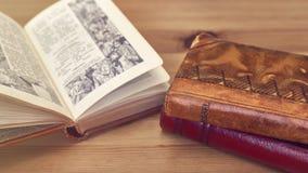 Nahaufnahme des alten Messbuches stehend auf einem Holztisch Stockbilder