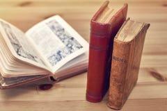 Nahaufnahme des alten Messbuches stehend auf einem Holztisch Stockbild