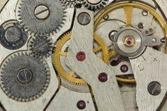 Nahaufnahme des alten Uhr-Uhr-Mechanismus mit Gängen Nahaufnahme der alten Uhr-Uhr Stockfotos