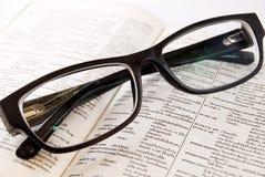 Nahaufnahme des alten Verzeichnisses und der Gläser Stockbild