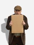 Nahaufnahme des alter Mann-Holding-Zeichens Lizenzfreies Stockfoto