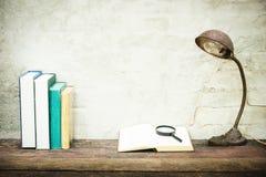 Nahaufnahme des Arbeitsplatzes mit Briefpapiereinzelteilen des offenen Buches und Retro- L Stockfotografie