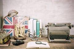 Nahaufnahme des Arbeitsplatzes mit Briefpapiereinzelteilen des offenen Buches und Retro- L Stockbild